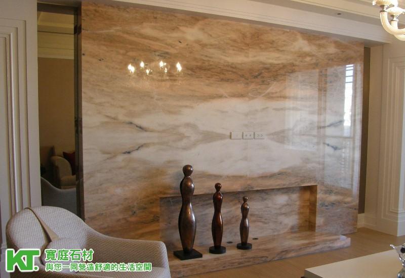 這一次所要介紹的建案...大理石電視牆,是採用大理石建材『奧羅拉』擔要主角,在室內設計師的巧妙搭配設計裡,讓這次的大理石電視牆跟室內視覺,呈現出一種古典、溫馨的氣氛,把大理石建材奧羅拉的獨特紋理及色澤展現無遺... 從大門走進來後...趕快拿起心愛的相機...來個整體的感覺吧.